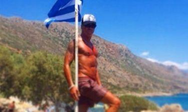 Ποζάρει κρατώντας την Ελληνική σημαία!