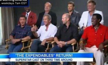 Σκηνικό με πολύ γέλιο! Η καρέκλα του Mel Gibson έσπασε και εκείνος πετάχτηκε στην αγκαλιά του… Stallone