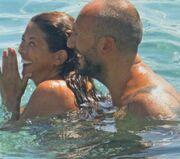 Σοφία Αλιμπέρτη – Μάνος Κουτσοφιός: Τρυφερά φιλιά στην παραλία
