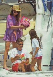 O Ευαγγελάτος με βερμούδα, κρασί, μπάλα και τα κορίτσια του