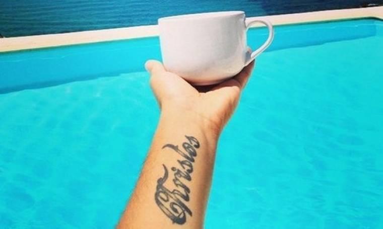 Πίνει τον καφέ του στην πισίνα ο…
