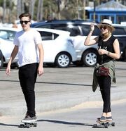 Ο υιός Μπέκαμ ερωτευμένος κάνει skate με την ηθοποιό σύντροφό του