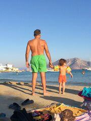Καραβάτου-Κατσούλης: Φωτογραφίες με τη κόρη τους από τις διακοπές τους στα Κουφονήσια