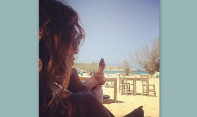 Χαλαρώνει πίνοντας καφέ στην παραλία