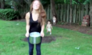 Η Καλομοίρα να ρίχνει κουβά με παγωμένο νερό στο κεφάλι της για φιλανθρωπικό σκοπό και οι γιοι της αντιδρούν!