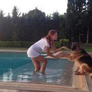 Ελληνίδα παρουσιάστρια χορεύει με τον σκύλο της στην πισίνα!