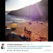Έλληνας ηθοποιός έκανε μπάνιο σε παραλία γυμνιστών!
