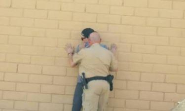 Ταχυδακτυλουργός προσφέρει χασίς σε αστυνομικό και μετά το εξαφανίζει (vid)