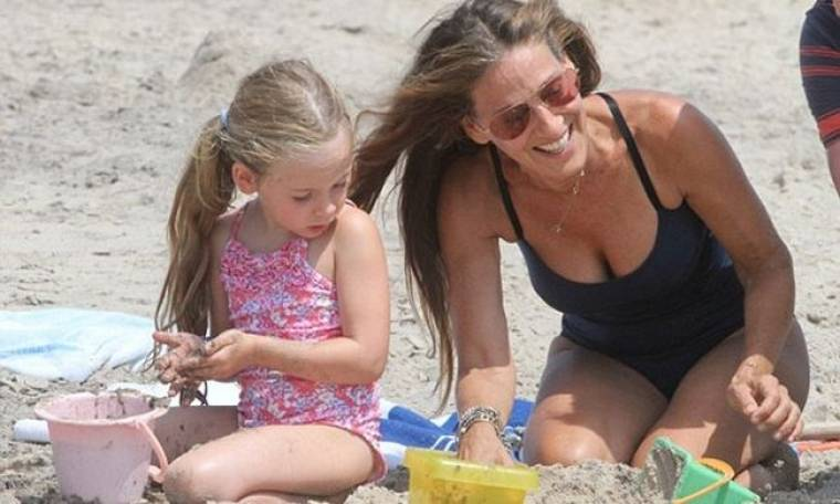 Sarah Jessica Parker: Με τα κουβαδάκια της στην παραλία!