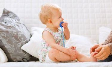 Αυτό το μωράκι αποχωρίζεται την πιπίλα του με τον πιο γλυκό τρόπο! (βίντεο)