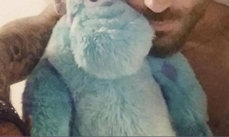 Παρουσιαστής κοιμάται αγκαλιά με τον αρκούδο του