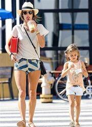 Μαμά και κόρη βολτάρουν και δροσίζονται...