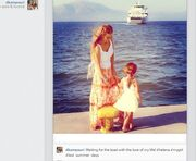 Περιμένοντας το πλοίο μαμά και κόρη!