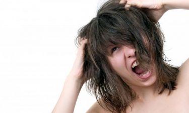 """Γιατί το χτένισμα των μαλλιών γίνεται """"μπελάς"""" μετά το ντους"""