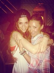 Η Σοφία Καρβέλα ποζάρει αγκαλιά με πρωταγωνίστρια του «Μπρούσκο»