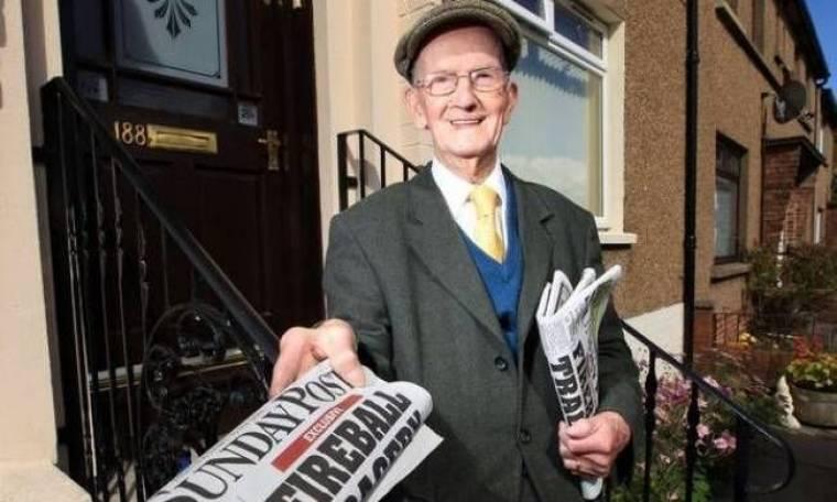Είναι 100 χρονών και μοιράζει (ακόμα) εφημερίδες!