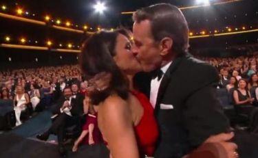 Emmy 2014: Το παθιασμένο φιλί του Bryan Cranston στην Julia Louis-Dreyfus - Δείτε πως αντέδρασε η ηθοποιός