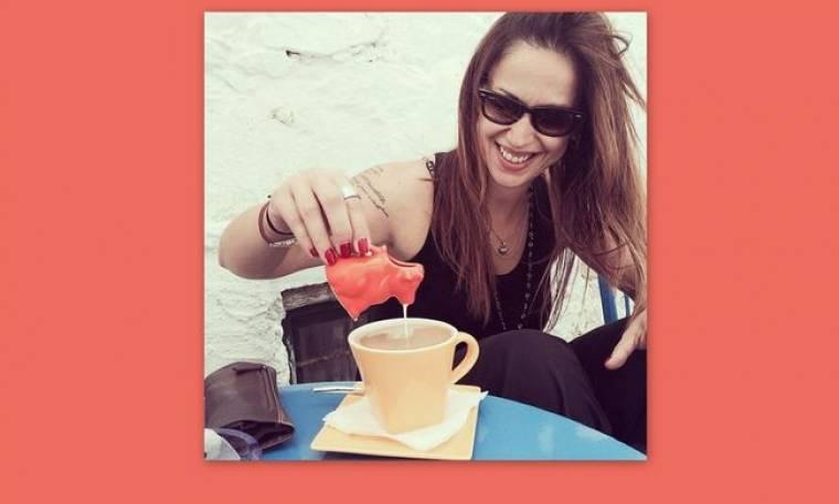 Η Ραλλία Χρηστίδου απολαμβάνει τον καφέ της στην Αμουργό