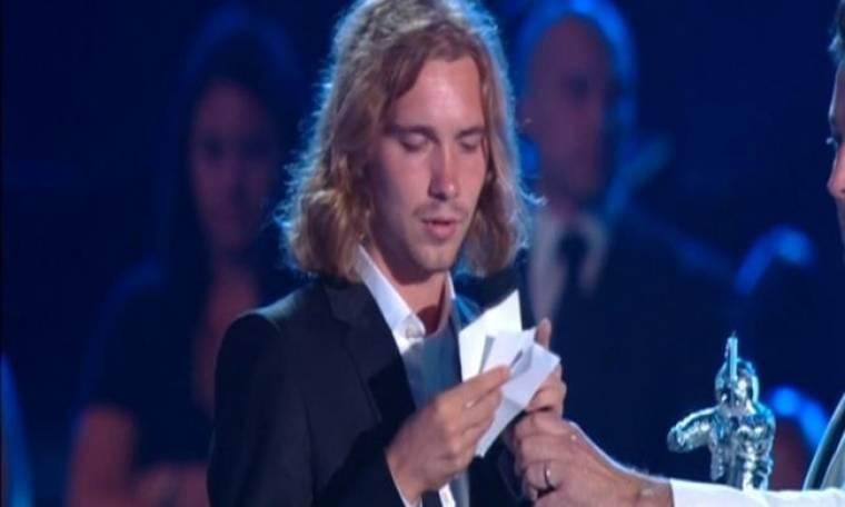 Καταζητούμενος ο άστεγος που παρέλαβε το βραβείο της Miley Cyrus