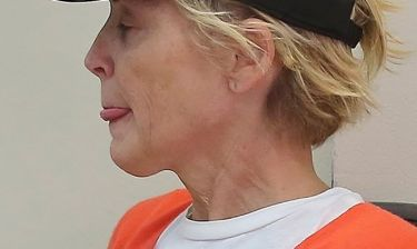 Sharon Stone: Τι προδίδει το σημάδι στον λαιμό της;
