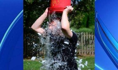 Τέλος το Ice Bucket Challenge: Τώρα μπορείτε να αγγίζετε... γυναίκες για φιλανθρωπία!
