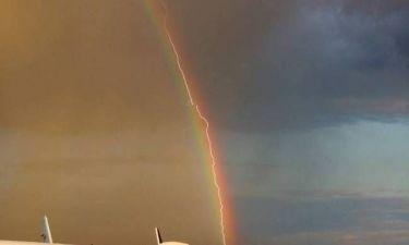 Κεραυνός περνά από ουράνιο τόξο και χτυπά.. αεροπλάνο! (pics)