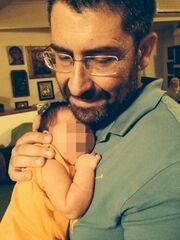 Δείτε για πρώτη φορά τον Άκη Παυλόπουλο αγκαλιά με τον δύο μηνών γιο του!