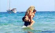 Τα παιχνίδια Ελληνίδας τραγουδίστριας στη θάλασσα