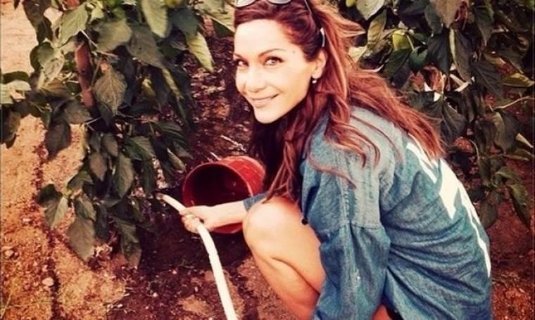 Η Βανδή, το λάστιχο και το πότισμα του κήπου της