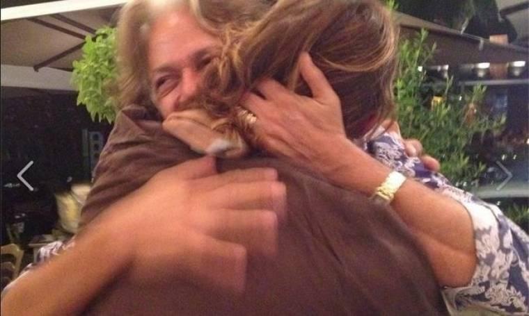 Συνάντηση μετά από επτά χρόνια – Η τρυφερή αγκαλιά στον Τεό Θεοδωρίδη!