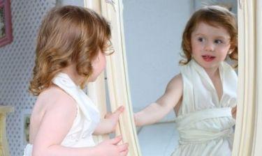 Έχω παρατηρήσει ότι το παιδί μου κοιτάζεται αρκετή ώρα στον καθρέφτη. Τι σημαίνει αυτό;