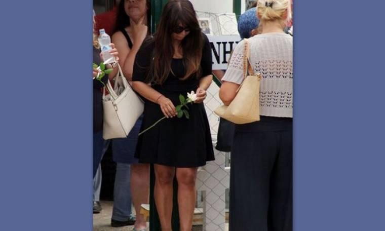 Ντυμένη στα μαύρα και καταβεβλημένη η Χριστίνα Μαραγκόζη στην κηδεία του Βαρδή
