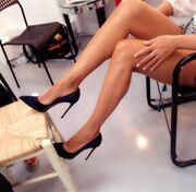 Παρουσιάστρια γυρίζει το νέο τρέιλερ της εκπομπής της και… μας δείχνει τα πόδια της