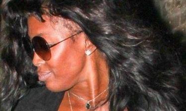 Ναόμι Κάμπελ: Ουπς! Της έφυγε η περούκα!