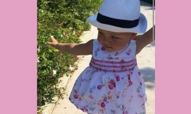Πόσο μεγάλωσε! Βαδίζει στα χνάρια της διάσημης μαμάς της (εικόνα)