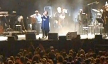 Η συγκινητική στιγμή στην συναυλία της Αλέξιου! Σήκωσε το κεφάλι και φώναξε «Αντώνη…»