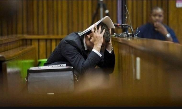 Η στιγμή που ο Πιστόριους ακούει την ετυμηγορία. Κλείνει τα αυτιά του!