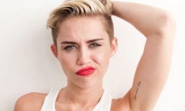 H Miley Cyrus τα πέταξε όλα, για χάρη του Karl Lagerfeld (photo)