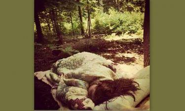 Κοιμάται κάτω από τα δέντρα