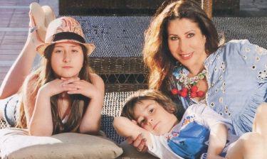Η Ντέσσυ Κουβελογιάννη φωτογραφίζεται με τα παιδιά της