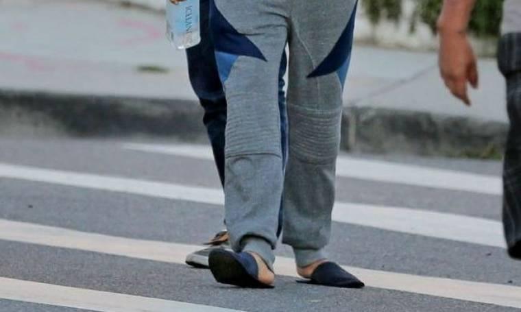 Γνωστός τραγουδιστής βγήκε στον δρόμο με τις πιτζάμες