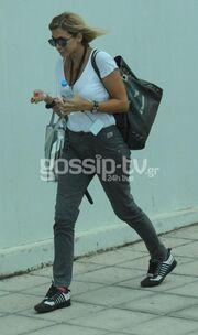 Η Κωνσταντίνα Σπυροπούλου δίχως ίχνος μακιγιάζ κατά την είσοδό της στον Alpha