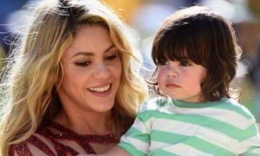 H Shakira μαθαίνει τον γιο της Milan να διαβάζει