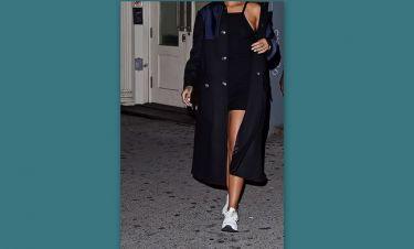 Ποια φόρεσε αυτό το πανάκριβο παλτό με αθλητικά παπούτσια;