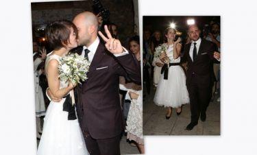 Η κοντοκουρεμένη νύφη, το παπούτσι «μπαλαρίνα» και το σήμα της νίκης!