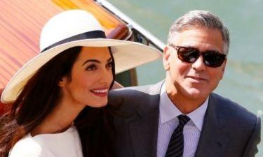 Αmal Alamuddin: Τι φόρεσε η γυναίκα του George Clooney στον πολιτικό τους γάμο;