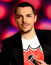 Έλληνας τραγουδιστής αποκαλύπτει ότι του αρέσει ο γυμνισμός!