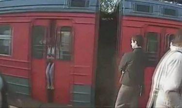 Ταξίδεψε δέκα χιλιόμετρα κολλημένη στην πόρτα του... τρένου! (βίντεο)