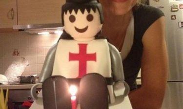 Έγινε 33 χρονών και έσβησε μια τούρτα «Playmobil»!