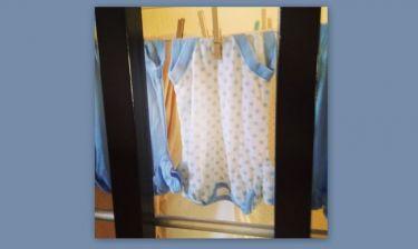 Τρυφερή φωτογραφία: Έβαλε την πρώτη μπουγάδα του μωρού της